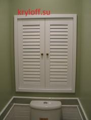шкафы в туалете с реечными дверками из дерева мдф