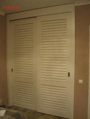 003 Шкаф с раздвижными жалюзийными дверками из МДФ