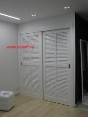 034 Раздвижные жалюзийные двери для гардероба с наличником и коробкой белые крашеные из мдф